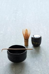 石板の上のお茶の道具の写真素材 [FYI01464870]