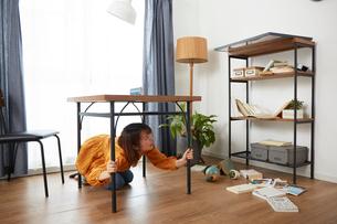 自宅にいるときに地震がきて怯える女性の写真素材 [FYI01464876]