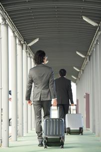 空港にむかうサラリーマンの写真素材 [FYI01464909]