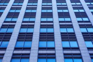 高層ビルの窓の写真素材 [FYI01464946]