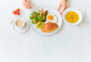 白いリネンのクロスの上の朝食セットの写真素材 [FYI01464957]