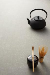 机の上の茶道具の写真素材 [FYI01464959]