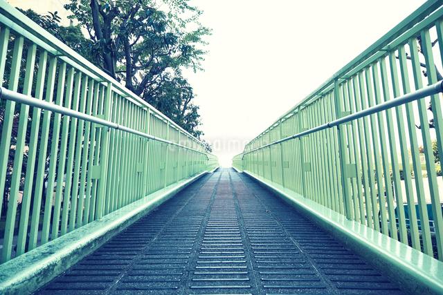 歩道橋の坂道の写真素材 [FYI01464984]
