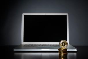 ビットコインとパソコンの写真素材 [FYI01464990]