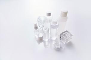 反射する板に置かれた化粧品の写真素材 [FYI01464991]