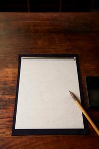 机の上の書道の道具の写真素材 [FYI01465004]