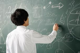 壁一面の黒板に数式を書き詰めるのイラスト素材 [FYI01465033]