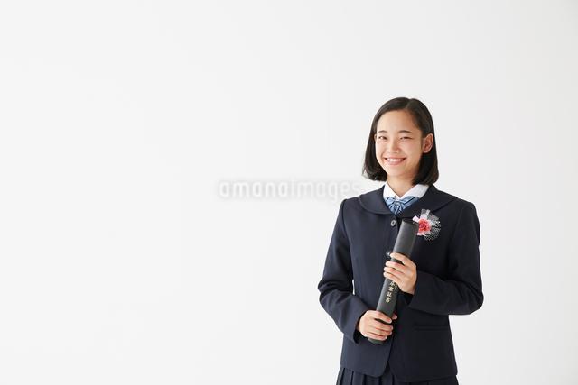 卒業証書の筒を持った女子高生の写真素材 [FYI01465050]