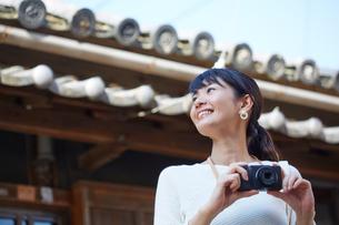 写真を撮ろうとする笑顔の女性の写真素材 [FYI01465053]