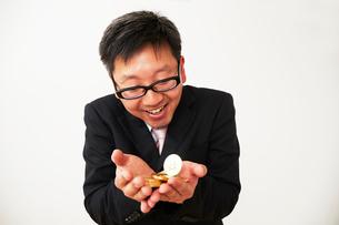ビットコインのビジネスに成功したスーツを着た男性の写真素材 [FYI01465083]
