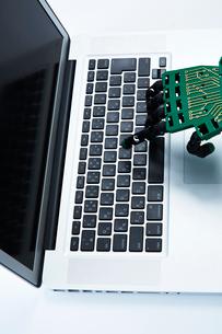 キーボードを打つロボットの手の写真素材 [FYI01465134]