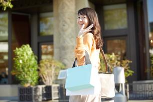 ショッピングを楽しむ笑顔の女性の写真素材 [FYI01465152]