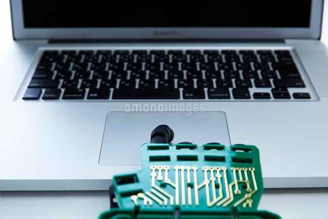 キーボードを打つロボットの手の写真素材 [FYI01465160]