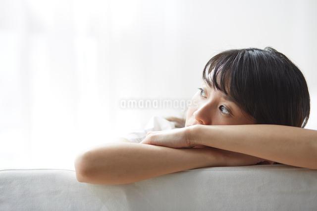 ソファで寛ぐ女性の写真素材 [FYI01465174]