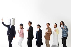 投票箱マンの後ろを歩く人々の写真素材 [FYI01465196]