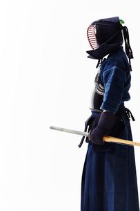 剣道の構えをする道着を着た男性の写真素材 [FYI01465211]