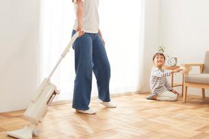 リビングの掃除をする親子の写真素材 [FYI01465215]