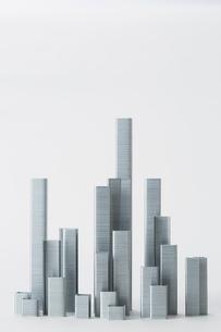 ホチキスの針で作られたビル群の写真素材 [FYI01465227]