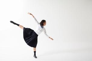 ダンスをする女子高生の写真素材 [FYI01465229]