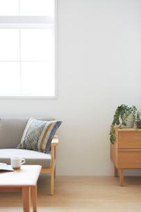 リビングルームのソファとチェストの写真素材 [FYI01465230]