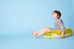 浮き輪にお尻をはめて座る女の子の写真素材 [FYI01465241]