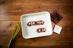 木天板の上の文字が書かれたバットと板チョコと調理道具の写真素材 [FYI01465265]