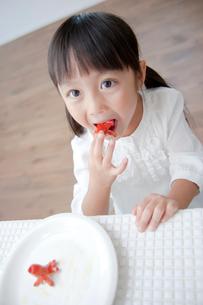 蛸ウィンナーを楽しそうにつまむ女の子の写真素材 [FYI01465270]