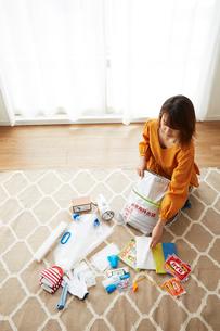 防災グッズを準備している女性の写真素材 [FYI01465272]