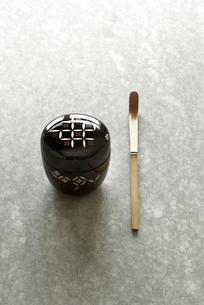 石板の上のお茶の道具の写真素材 [FYI01465290]