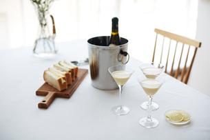 テーブルに準備されたワインとスープとパンの写真素材 [FYI01465338]
