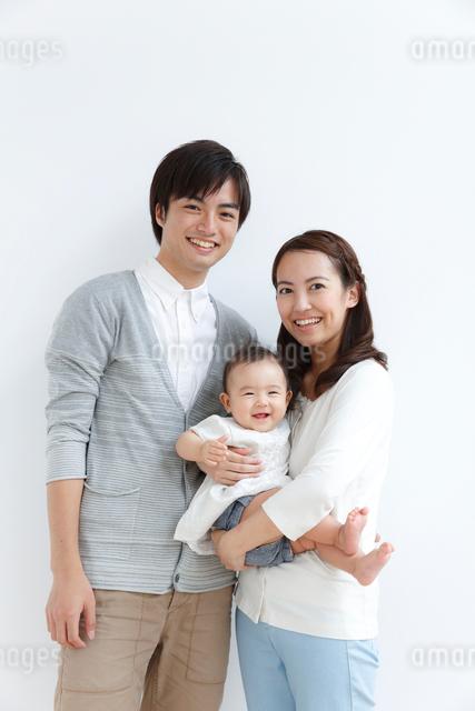 赤ちゃんのいる若い3人家族ポートレートの写真素材 [FYI01465341]