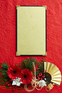 赤い和紙上の水引と花の正月飾りと金の台紙の写真素材 [FYI01465361]