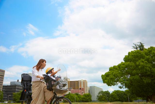 子供乗せ自転車に乗る母と子の写真素材 [FYI01465368]