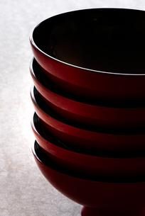 石板と和食器の写真素材 [FYI01465395]
