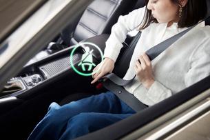 シートベルトを締める女性の写真素材 [FYI01465418]