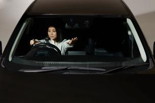 運転席で指差しをする女性の写真素材 [FYI01465450]