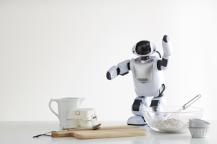 お菓子作りをするロボットの写真素材 [FYI01465458]