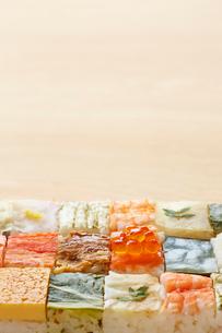 木テーブルの上の箱寿司の写真素材 [FYI01465514]