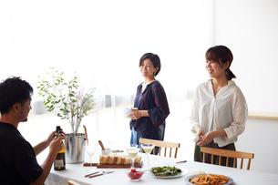 ホームパーティーをする男女グループの写真素材 [FYI01465538]