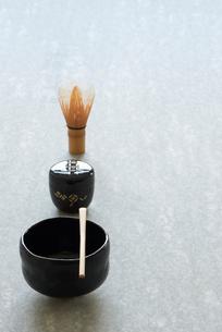 石板の上のお茶の道具の写真素材 [FYI01465539]