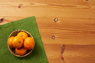 木天板の上のミカンの写真素材 [FYI01465580]