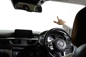 自動運転車を操作する女性の写真素材 [FYI01465593]