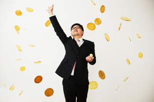 ビットコインのビジネスに成功したスーツを着た男性の写真素材 [FYI01465595]