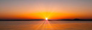 琵琶湖の日の出の写真素材 [FYI01465614]