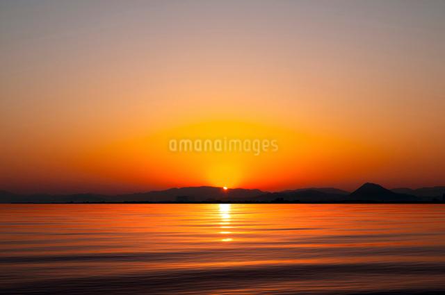 琵琶湖の日の出の写真素材 [FYI01465615]