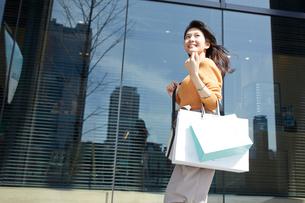 ショッピングを楽しむ笑顔の女性の写真素材 [FYI01465618]