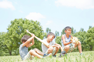 公園の芝生にすわる兄弟の写真素材 [FYI01465636]