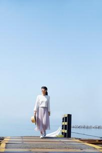 踏切を渡る女性の写真素材 [FYI01465696]