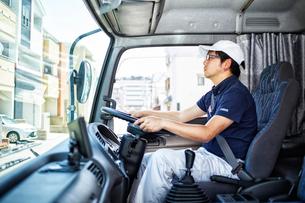 大きなトラックを運転する働く男性の写真素材 [FYI01465721]