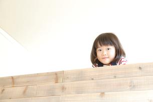 ロフトから顔を覗かせる女の子の写真素材 [FYI01465796]